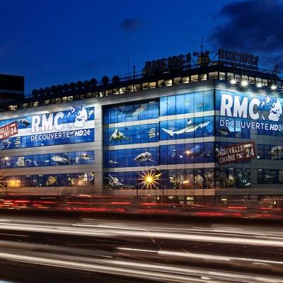 Adhésif micro-perforé sur la façade RMC pour le lancement de la chaine RMC Découverte