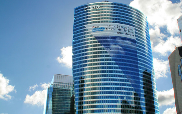 Adhésif micro-perforé sur la façade de la tour EDF